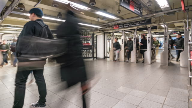 time-lapse: pedestrians crowd in new york metro subway train station gate - metropolitana di new york video stock e b–roll