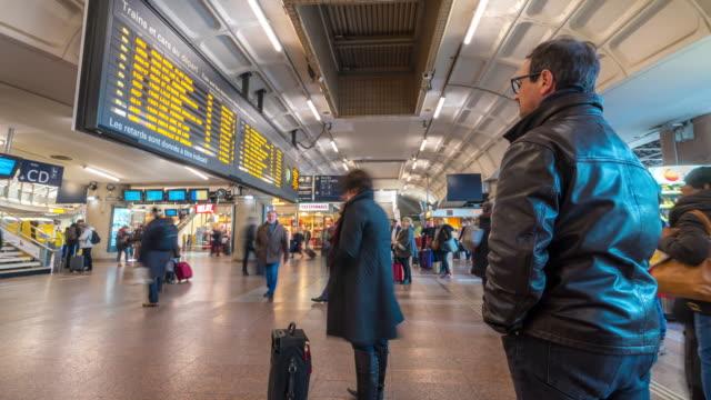 vidéos et rushes de time-lapse: piétons bondés à la station gare de lyon-part-dieu - gare