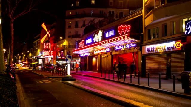 vidéos et rushes de timelapse de la hd : les piétons bondés au feu rouge quartiers de paris - paris france