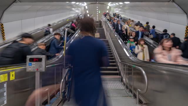 韓国ソウル駅混雑時間経過: 歩行者 - 段点の映像素材/bロール