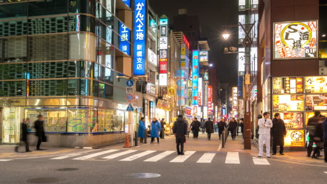 Time-lapse: Voetgangers overvolle Shimbashi hangout district, Tokio