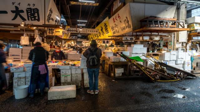 Time-lapse: Fotgängare trångt på Tsukiji Fish Market Tokyo Japan