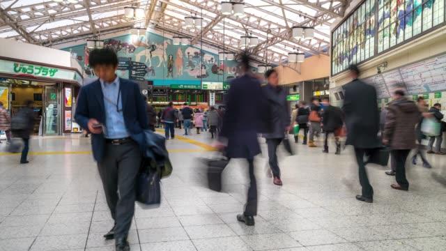 時間速度 : 徒歩で混雑した東京都上野駅にゲート - 駅点の映像素材/bロール
