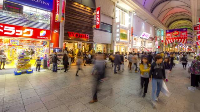 vidéos et rushes de time-lapse 4 k: les piétons bondée hondori arcade shopping dans le centre-ville de hiroshima - hiroshima prefecture