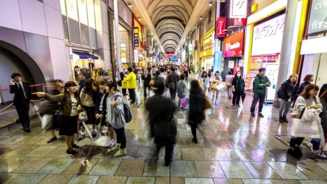 vidéos et rushes de time-lapse: piétons bondés magasiner chez kamiyacho arcade hiroshima au centre-ville - hiroshima prefecture