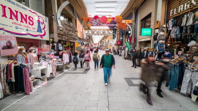 時間経過は: 歩行者混雑ショッピング大須観音商店街名古屋 - 商業地域点の映像素材/bロール