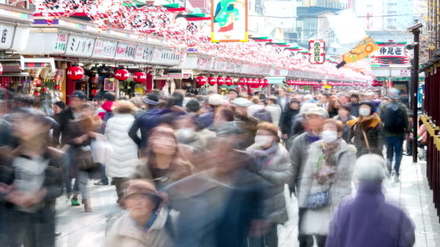 vídeos de stock, filmes e b-roll de definição de intervalo de tempo: viagens compras no mercado de asakusa templo de sensoji - templo asakusa kannon