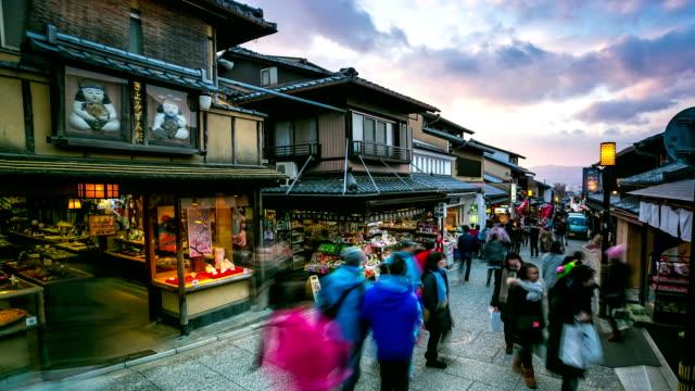 stockvideo's en b-roll-footage met hd time-lapse: pedestrians shopping at kiyomizu temple street market kyoto - hd format