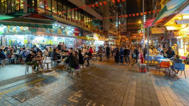vídeos de stock e filmes b-roll de time-lapse: pedestrians tourist crowded shopping at temple street, jordan, nathan road in kowloon hong kong - mercado noturno