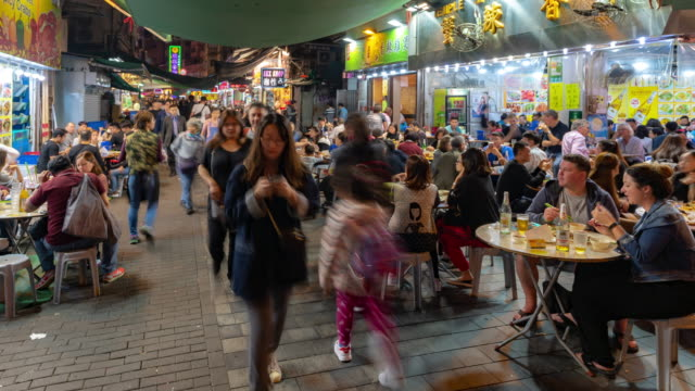 zeitverfall: fußgänger touristenüberfüllte einkäufe in der tempelstraße, jordanien, nathan road in kowloon hong - nachtmarkt stock-videos und b-roll-filmmaterial
