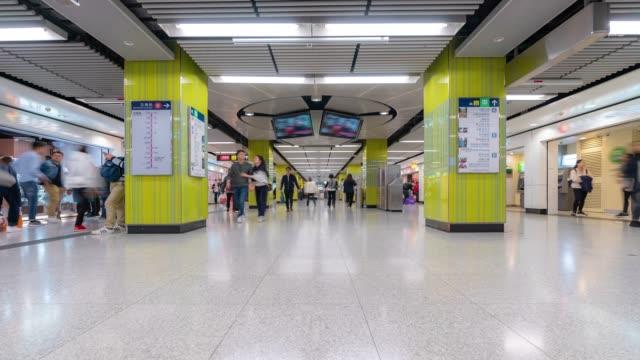 zeitraffer: fußgänger reisende und touristencrowd in u-bahnstation u-bahn in hongkong - insel hong kong island stock-videos und b-roll-filmmaterial