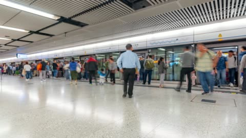 vídeos y material grabado en eventos de stock de lapso de tiempo: peatones viajero y turista multitud en metro estación de metro de hong kong - metro transporte