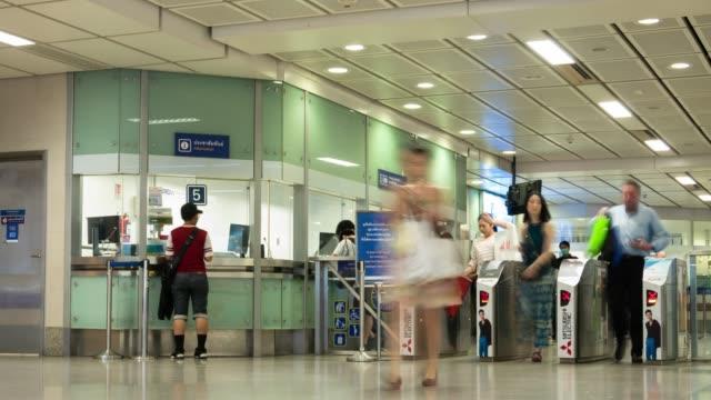 stockvideo's en b-roll-footage met time-lapse: voetgangers reiziger en toeristische menigte in metro metrostation in bangkok - passenger train