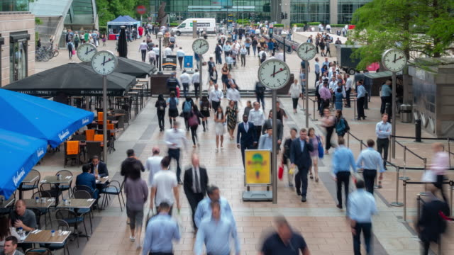 Homme d'affaires de Time-lapse personnes foule à Canary Wharf downtown à Londres Angleterre UK
