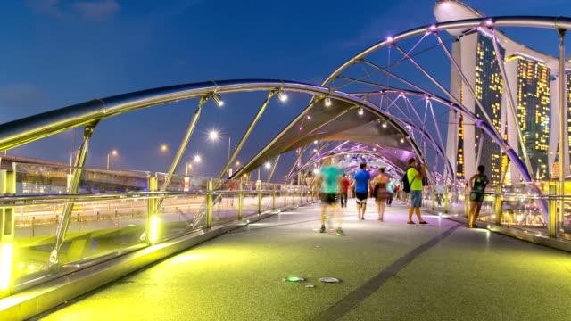 hd :time -lapse (低速度撮影) 人の群衆の歩道橋シンガポールでのご宿泊 - 手足点の映像素材/bロール