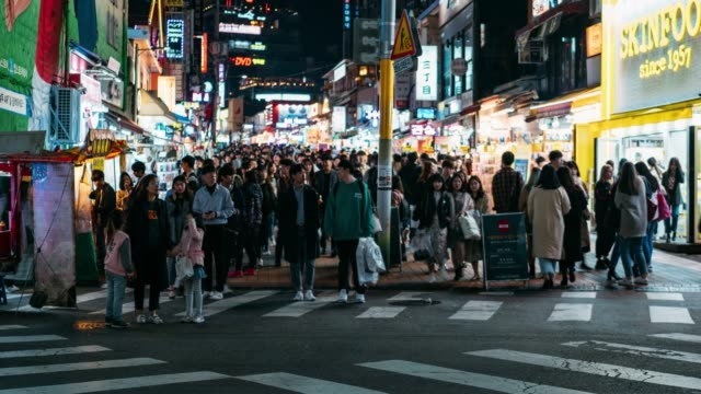 vídeos de stock e filmes b-roll de timelapse people traveling with happiness and shopping in hongdae street market at seoul, south korea. hong dae district is the most popular shopping market at seoul city. - saco de papel