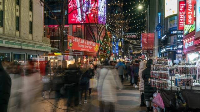 vídeos y material grabado en eventos de stock de timelapse personas viajando con la felicidad y las compras en el mercado callejero de myeongdong - mercado espacio de comercio