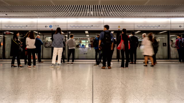4k timelapse - people waiting for metro subway, hong kong - ora di punta video stock e b–roll