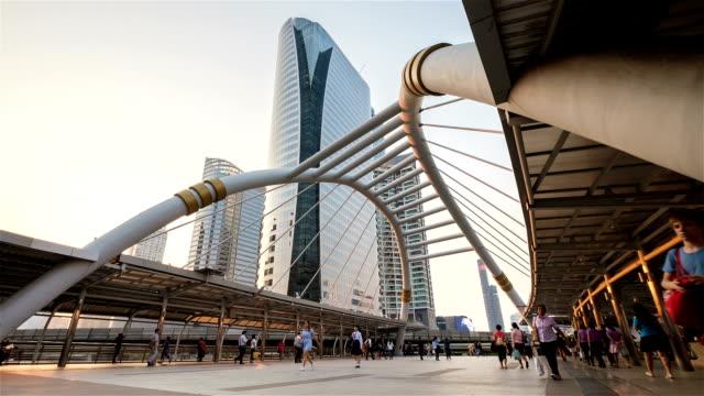 Timelapse: Människor gå på moderna bron med Skytrain