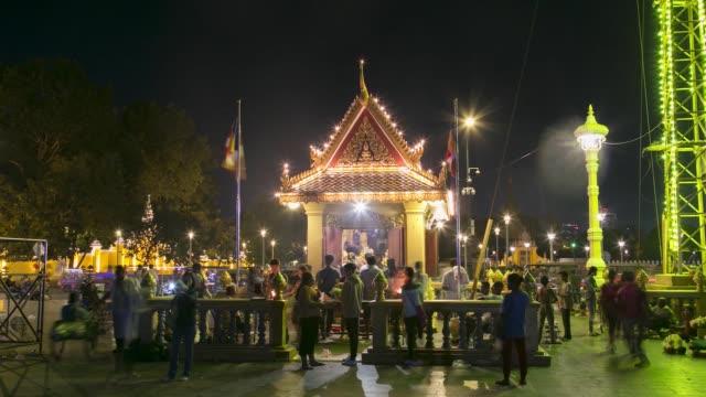 timelapse, people worship at preah ang dorngkeu shrine illuminated at night in phnom penh, cambodia, on tuesday, nov. 07, 2017 - ナイトイン点の映像素材/bロール