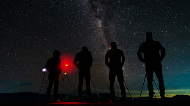 vídeos de stock e filmes b-roll de ls time-lapse photographer take photo a milky way at night - astronomia