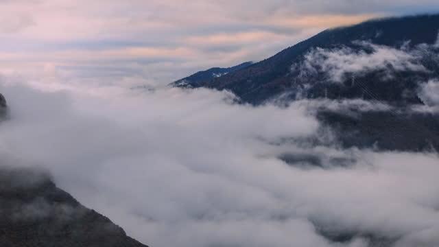 fotografia time-lapse di nuvole di montagna - valle video stock e b–roll