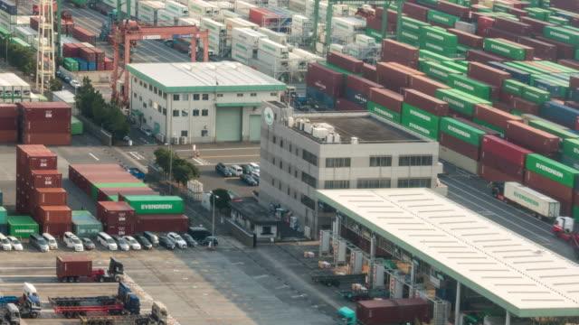 zeitraffer: hafenarbeiten am tokyo shipyard port terminal in odaiba japan - entladen stock-videos und b-roll-filmmaterial