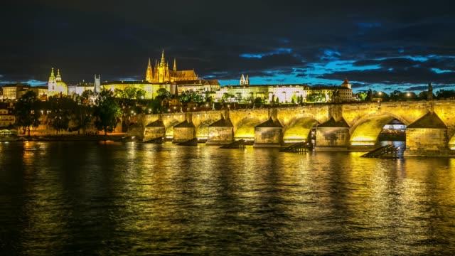 4 k time -lapse (低速度撮影):プラハの街並みとヴルタヴァ川チェコ共和国 - プラハ旧市庁舎点の映像素材/bロール