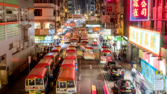vidéos et rushes de 4 k timelapse - public mini bus station de files d'attente à mong kok, hong kong - mong kok