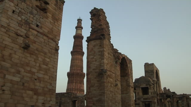 timelapse qutab minar mehrauli new delhi india - minareto video stock e b–roll