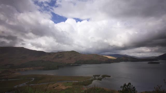 vídeos y material grabado en eventos de stock de timelapse rain falls from clouds over hills and lake, lake district, uk - distrito de los lagos de inglaterra
