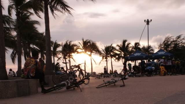 vídeos de stock, filmes e b-roll de definição de intervalo de tempo:  rayong praia e bicicleta, tailândia - céu romântico