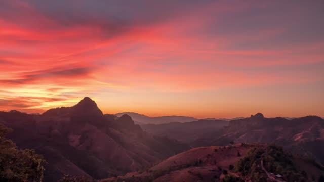vidéos et rushes de timelapse coucher du soleil rouge - jaune