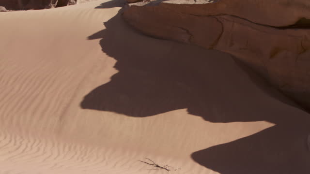 vídeos de stock, filmes e b-roll de timelapse rock shadow shifts on desert dune, wadi rum, jordan - erodido