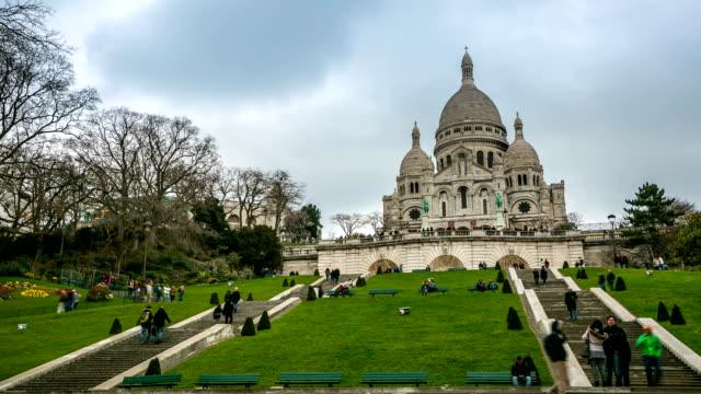 stockvideo's en b-roll-footage met hd time-lapse: sacre coeur cathedral montmartre, paris at dusk - hd format