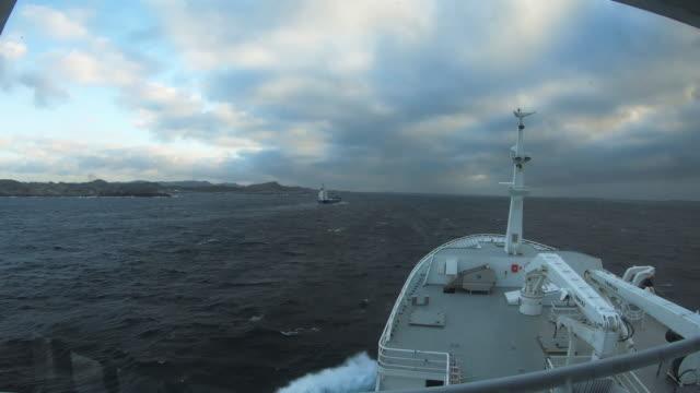stockvideo's en b-roll-footage met timelapse: pov zeilboot in open zee - ruw