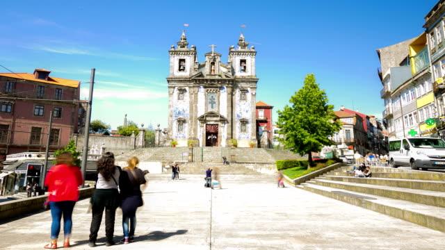 hd-zeitraffer: kirche saint ildefonso in porto, portugal - heiliger stock-videos und b-roll-filmmaterial