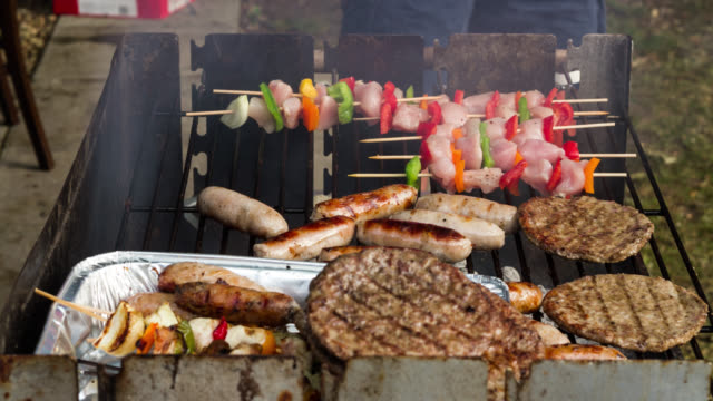 timelapse sausages, burgers and kebabs cooking on barbecue, uk - fleisch stock-videos und b-roll-filmmaterial