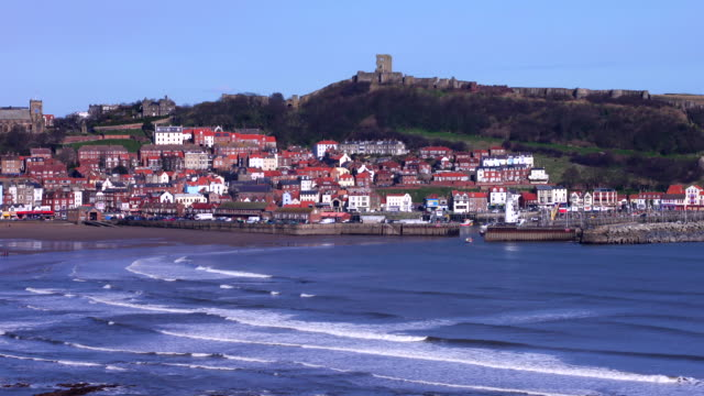 vídeos de stock, filmes e b-roll de timelapse, scarborough south bay harbour and fish dock with the town and castle on the skyline in winter sunshine - scarborough norte de yorkshire