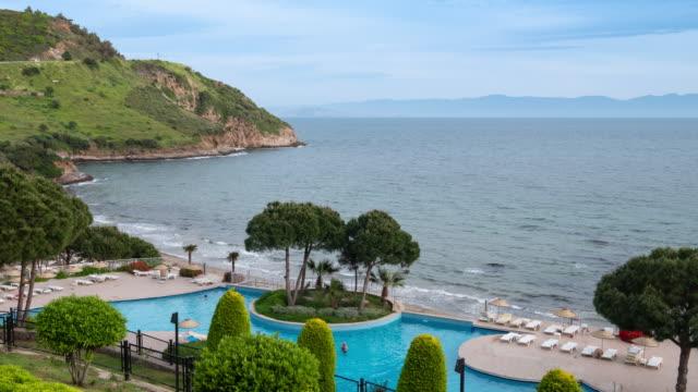 vidéos et rushes de time-lapse: vue sur la mer piscine extérieure à l'hôtel et à la station. résolution 4k. - turquie