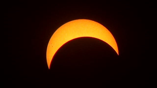 vídeos y material grabado en eventos de stock de eerie looking clouds periodically race past the sun at the peak of 71% totality in the new york city metro during the august 21st 2017 great american... - mancha solar