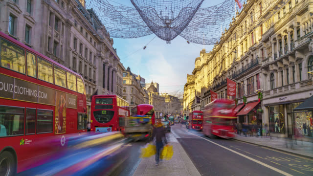 timelapse sequence of rush hour traffic and christmas lights in london's regent street shot on 12th december 2017 - autobus a due piani video stock e b–roll