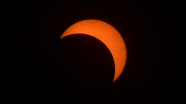 vídeos y material grabado en eventos de stock de the camera tracks the sun keeping it center frame as the moon slowly moves past and eerie clouds race by periodically during the august 21st 2017... - mancha solar