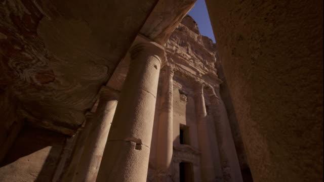 vídeos de stock e filmes b-roll de timelapse shadows shift over ancient rock-cut tomb, petra, jordan - petra