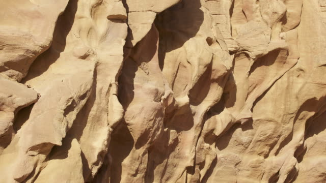 vídeos de stock, filmes e b-roll de timelapse shadows shift over eroded desert rock, wadi rum, jordan - erodido
