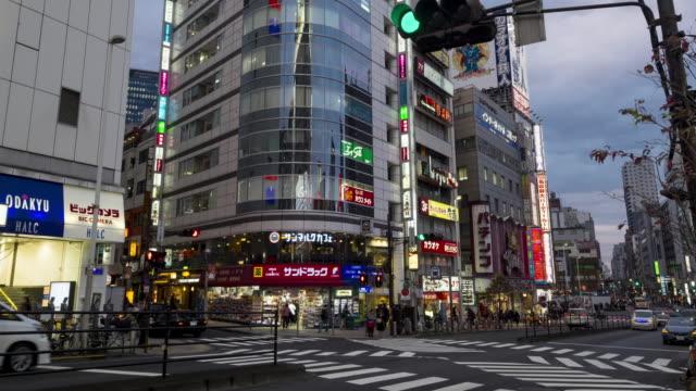 4K Time-lapse - Shinjuku kruising in de schemering, Tokyo, Japan
