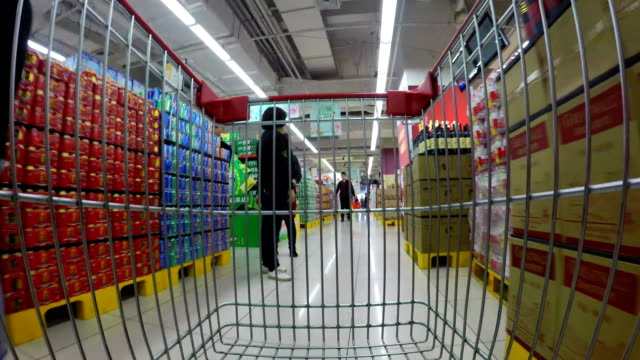 stockvideo's en b-roll-footage met timelapse shopping cart in supermarket - supermarkt