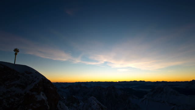 vídeos de stock, filmes e b-roll de timelapse shot from zugspitze in germany - montanhas wetterstein