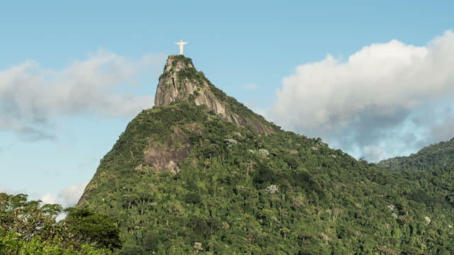 vidéos et rushes de time-lapse shot looking up at the christ the redeemer statue in rio. - corcovado