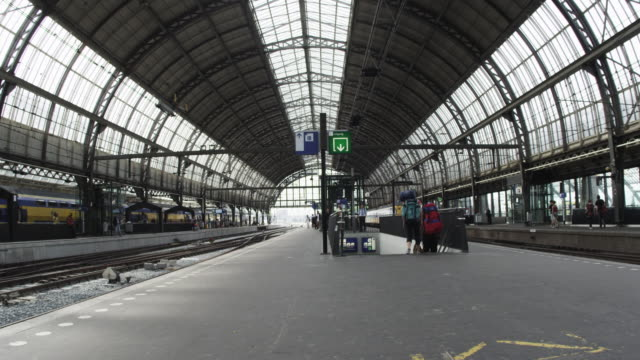 "stockvideo's en b-roll-footage met ""amsterdam, netherlands - circa 2013: time-lapse shot of centraal station on 2013 in amsterdam, netherlands"" - nederland"